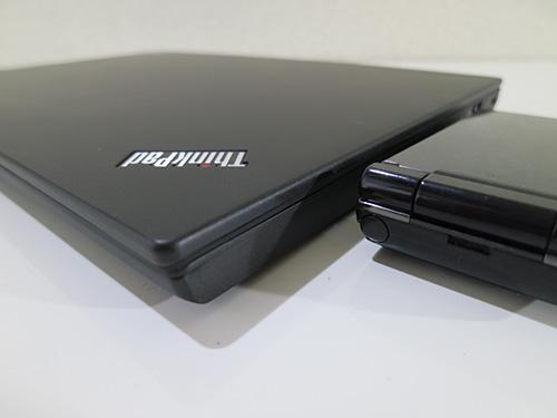 ThinkPadX240sとガラケー(携帯電話)を並べてみると同じ高さだった