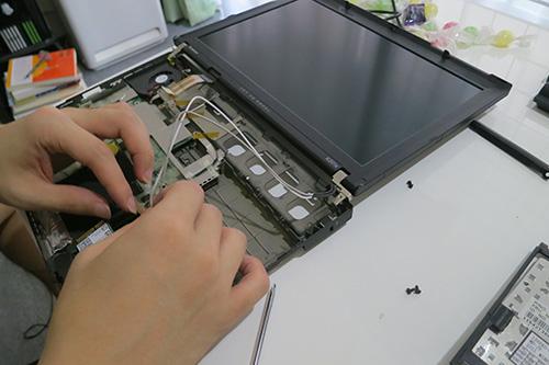 X201s液晶モニタを外すために無線LANのアンテナコードを外す