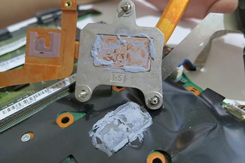 CPUとヒートシンクについてるグリスが固まってる