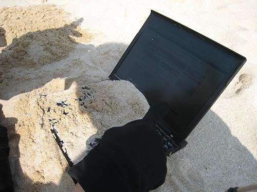 ThinkPad x60s が砂まみれ 丈夫で壊れないことを実感した写真
