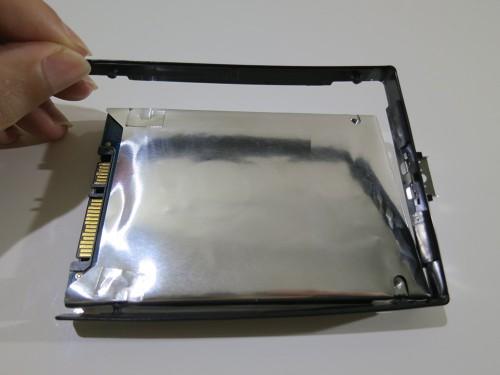 HDDについてるプラスチックの黒枠を外す X240sのSSD換装(HDDの交換)