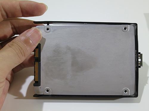 プラスチックの枠は手ではめられる X240sのSSD換装(HDDの交換)