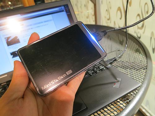 X240sに取り付けたポータブルハードディスク手のひらサイズで青く光る