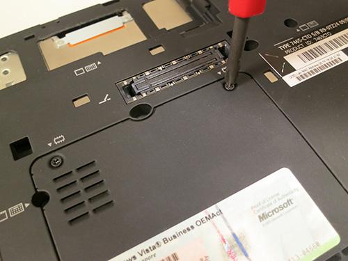 背面のネジを回してカバーを外す ThinkPad X200s メモリを8GBへ増設・交換
