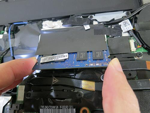 ThinkPad T440s 金具を開くとメモリが外れる