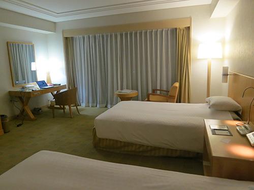 沖縄ラグナガーデンホテルの部屋でパソコン仕事