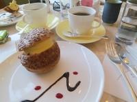 東京ドームホテルのラウンジでシュークリームとコーヒー