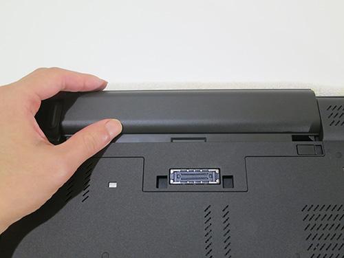 ThinkPad T440pのバッテリーを取り外す