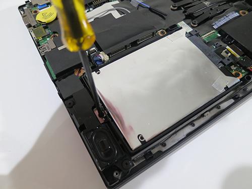 T440s HDDを固定してる1本のねじを取り外す