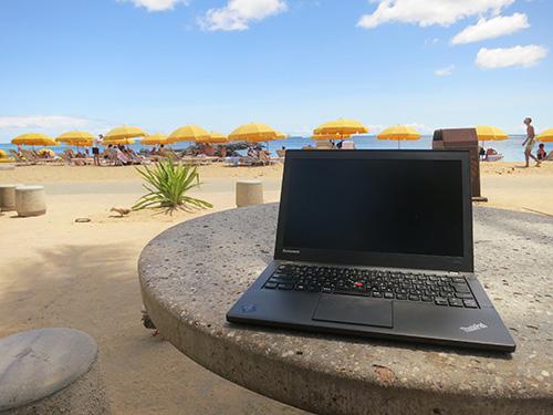 ハワイのビーチサイドでThinkPad X240sを使って動画編集