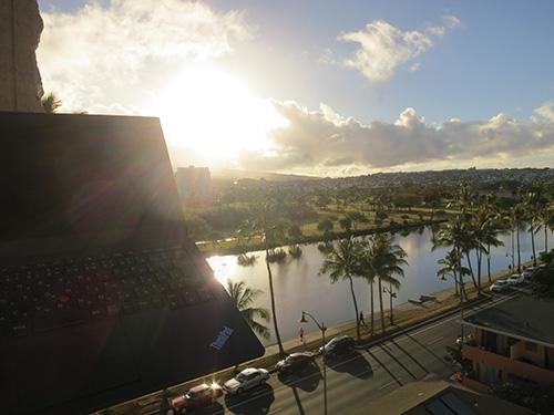 ワイキキサンドビラホテルからの日の出とThinkPad X240s