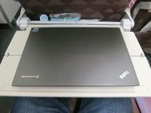 12.5インチのTHinkPadX240sならば狭い機内でも作業が出来る