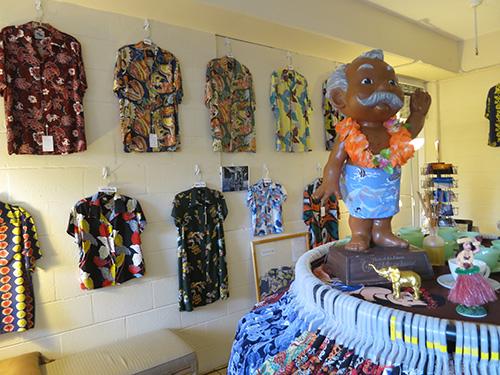 Kona Bay Hawaii(コナベイハワイ)の店内 壁にはかっこいいアロハシャツ