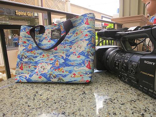 アラモアナショッピングセンターへおしゃれなバッグを持ってお出かけ