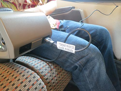 新幹線700系のぞみのコンセントにThinkPadX240sをつなぐ