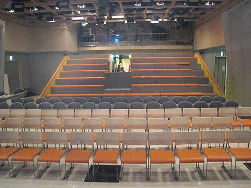 スタジオアルタ ステージからひな壇を眺める
