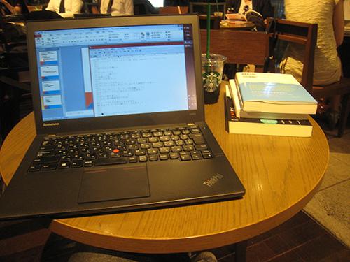 ThinkPad X240sは小さいテーブルでも便利に使える