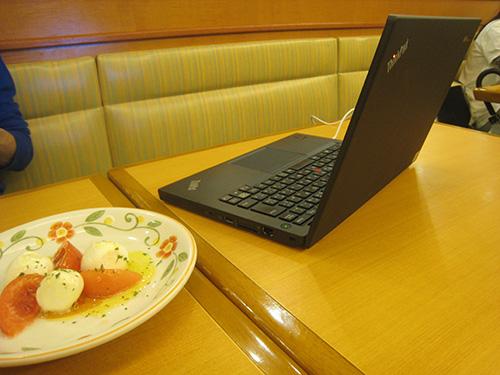 ThinkPad X240 IPS液晶ならば真横から見てもよく見える