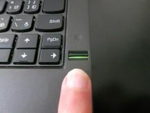 指紋センサーに指をこすって登録する