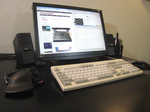 机やモニタを黒で統一したのになぜかキーボードだけはアイボリー(笑)