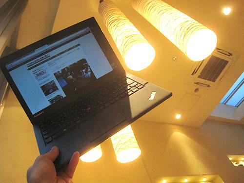 常にノートパソコンを持ち歩くということを考えると薄くて軽くて、丈夫なThinkPadx240s