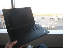 羽田空港でX240sを開いて旅先の情報を調べてみる