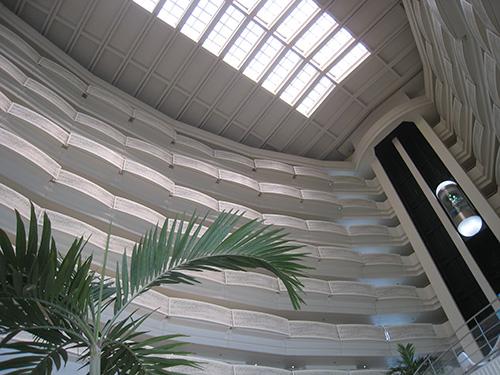 ANAインターコンチネンタル万座 ラウンジ オーシャンカフェ 吹き抜けになっていて天井が高い
