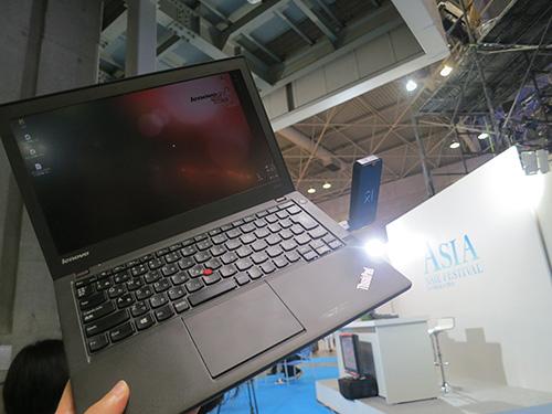 ThinkPad X240sは剛性が高いから片手で持っても安心感がある