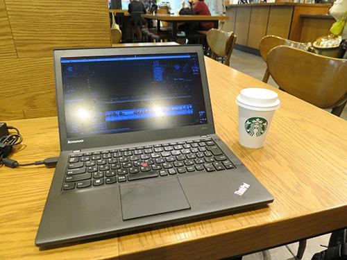 成田空港 第1ターミナル スタバでX240sを充電中