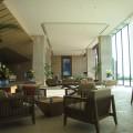 ヒルトン沖縄北谷 ロビーラウンジ マール 高い天井と天井まで伸びた広い窓 開放感があります