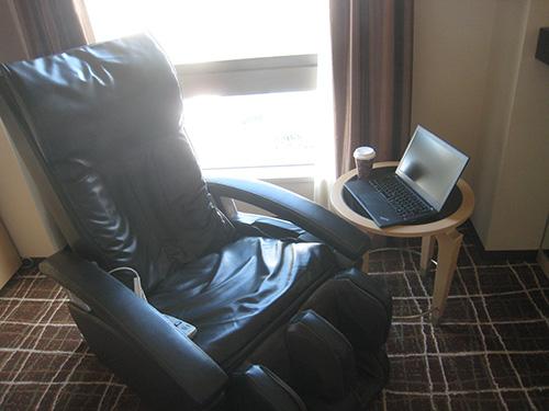 マッサージチェアに座ってノートパソコン(ThinkPad X240s)