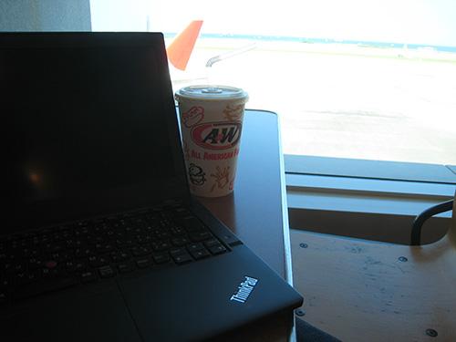 那覇空港のA&WでルートビアとThinkPad X240s