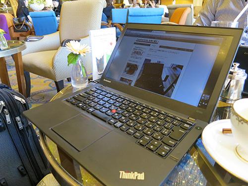 ラウンジでThinkPad X240sを使って仕事中