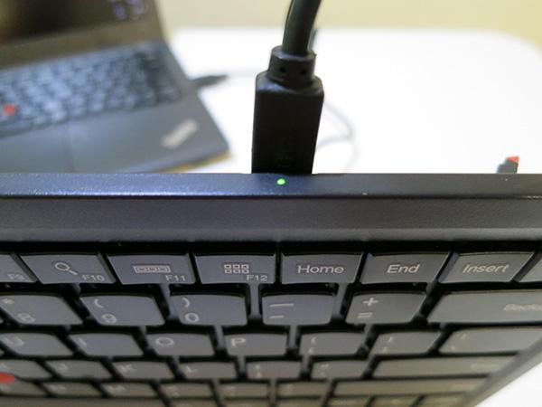 ThinkPad ワイヤレスキーボード 充電中は点滅する