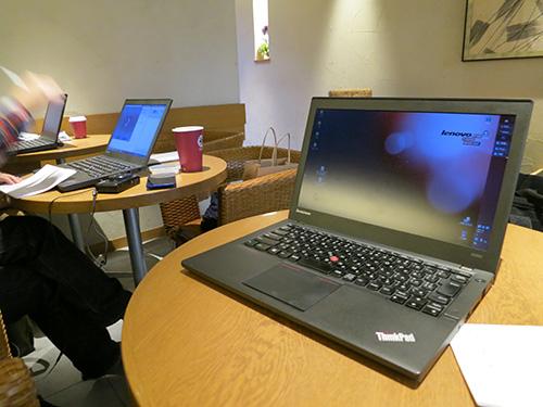 ThinkPad率が高いカフェの店内