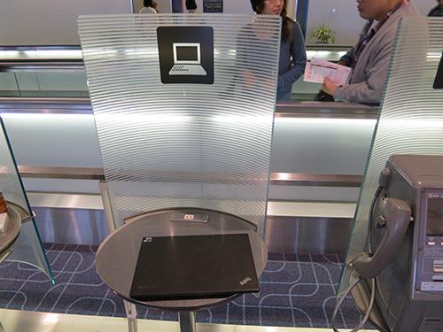 羽田空港 JAL搭乗口後ろに電源コンセントがあって便利かも