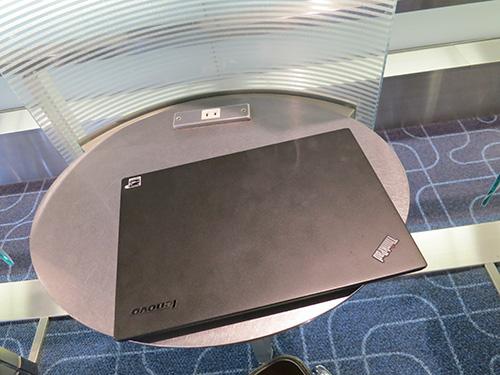 羽田空港JAL搭乗口に電源があった