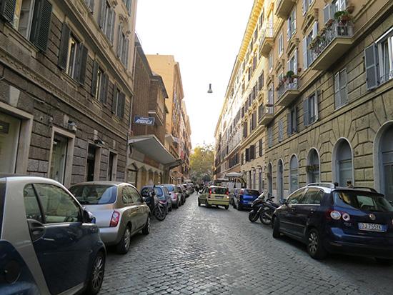 ローマトラステヴェレ地区 石畳と自動車
