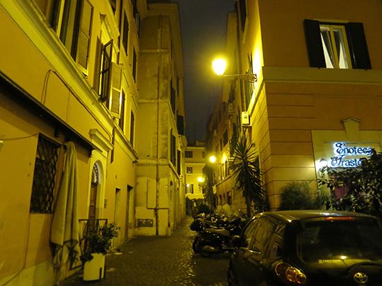 オレンジ色の光が幻想的なローマトラステヴェレ地区の夜の町並み