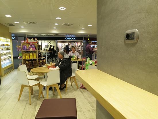 ローマ フィウミチーノ空港 カフェに入った