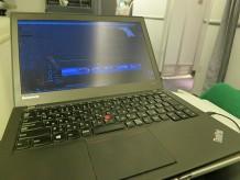 イタリアローマから成田空港飛行機内でThinkPad X240sを開いて動画編集