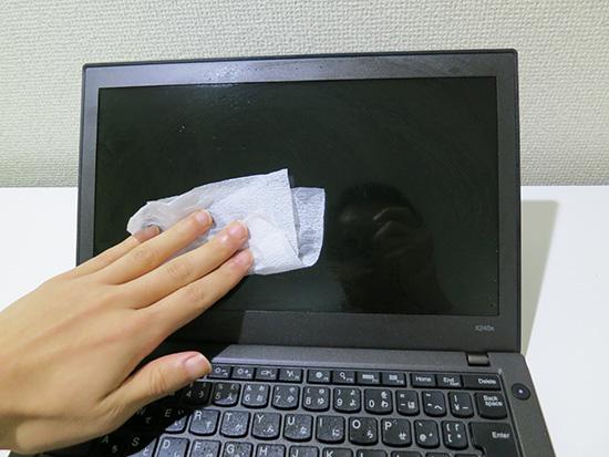 キムワイプで液晶画面を軽く拭く