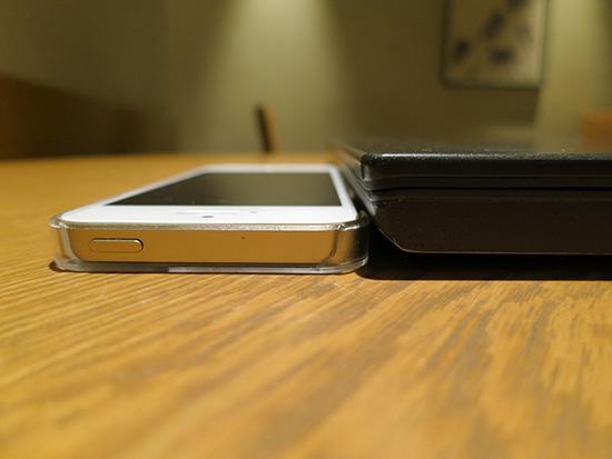 ThinkPad X240sとiphone5sの厚さを比較