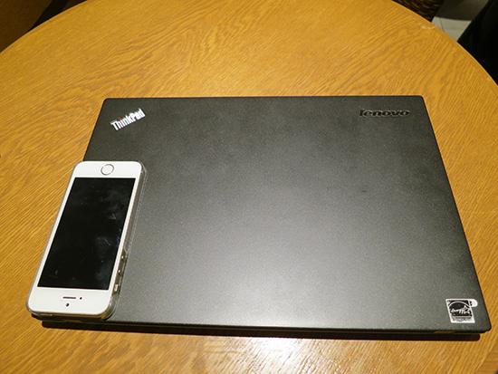 ThinkPad X240sの本体の上にiphone5s