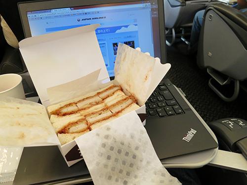 飛行機内で万カツサンド 柔らかくて美味しい