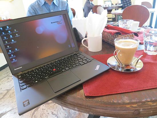 カフェのテラス席でもX240sのHD液晶はきれいに見える