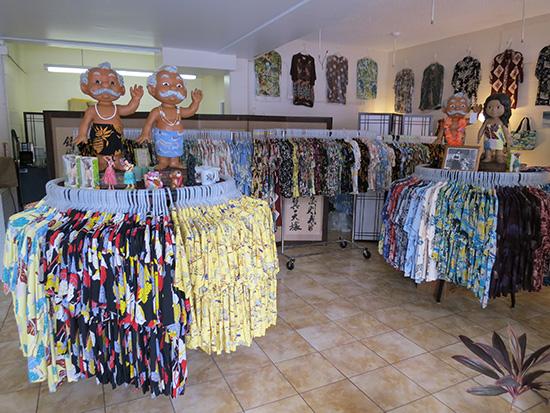 コナベイハワイ アロハシャツ屋さんの店内