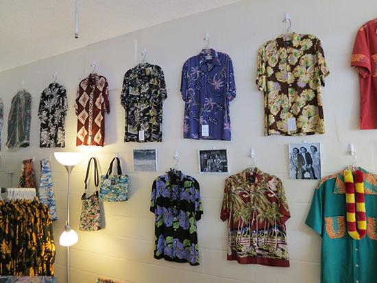 コナベイハワイ 壁にはかっこいいアロハシャツがディスプレイされている