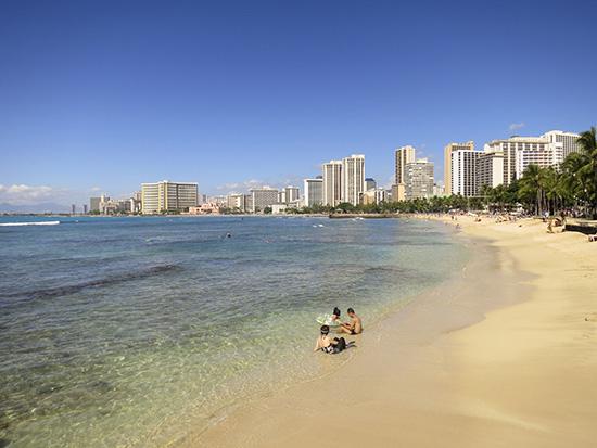 ハワイのビーチ透明度が高くてターコイズ