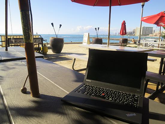 旅先のカフェでノートパソコンが使える自由